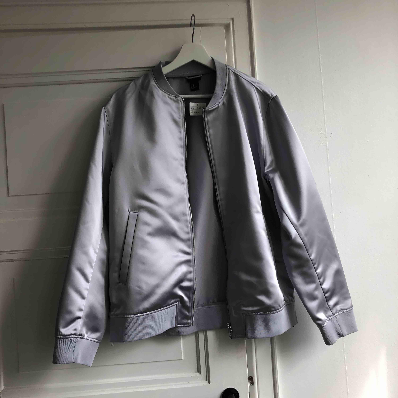 Grå/silver jacka från HM. Jackor.
