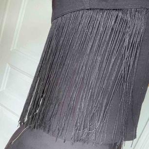 Cool tröja med fransar från Monki! Köpt för några år sedan men endast använd ett fåtal gånger. Supersnygg till både kjol och jeans!