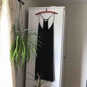 Superfin klänning från Weekday i storlek L. Knappt använd och funkar bra med en tröja under :) 100kr inklusive frakt