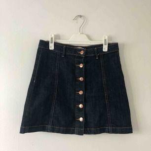 Jeanskjol från Gina tricot frakten är inräknad i priset även linnet finns på min plick :) hela outfiten för 110 kr!!