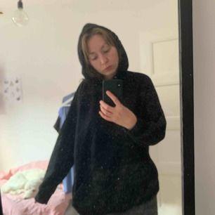 Oversize hoodie från monki. Storlek M. Skönaste hoodien jag haft! Sparsamt använd då den är för stor.   Finns i Malmö. Kan skicka mot att köparen betalar frakt.