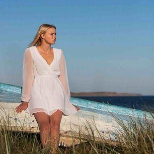 Säljer två klänningar, exakt samma modell men en svart och en vit :) frakten är inte inräknat i priset då jag är lite osäker på vad den blir med skulle gissa på 60 kr!   Båda klänningarna för 100 kr :)