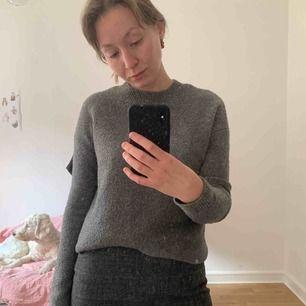 Otrolig tröja från &other stories. Varm och så fin! Har en likadan i svart som jag använder typ jämt pga så fin och skön!   Finns i Malmö. Kan skicka mot att köparen betalar frakt.