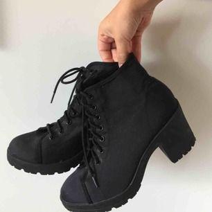 Casual skor med klack, inte så höga och väldigt bekväma! Knappt använda, säljer eftersom jag har två nästan likadana