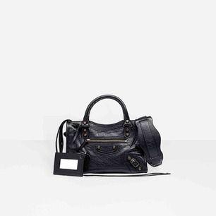 Balenciaga city bag, storlek MINI. Det är en replika, den ser precis ut som den riktiga. Dustbag tillkommer. Det är äkta läder