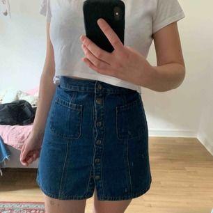 Den PERFEKTA jeanskjolen. Jättefin färg, knappar, lite a-linje och utan fickor på rumpan. Köpt från urban outfitters för nåt år sen. Säljer pga tyvärr lite för liten för mig.   Finns i Malmö. Kan skickas mot att köparen betalar frakt.