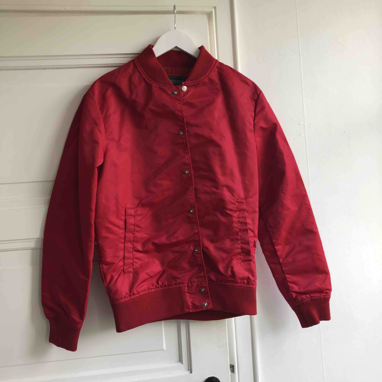 Red jacket. Jackor.
