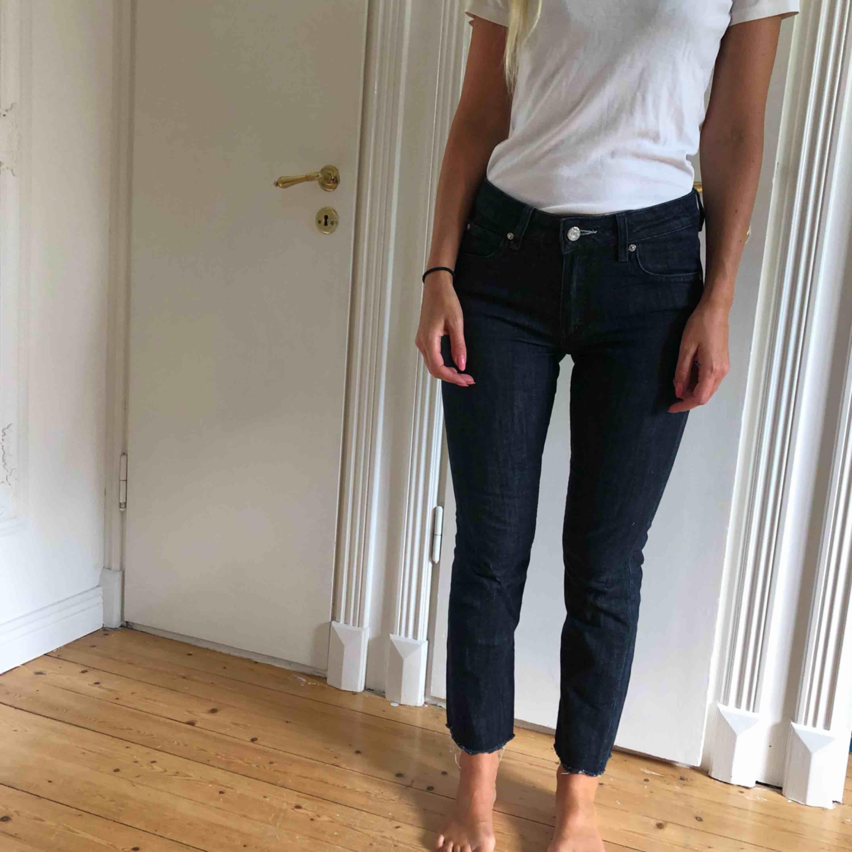 Snygga jeans från acne studios. Brukar han24/30 dessa är nog 25/30. . Jeans & Byxor.