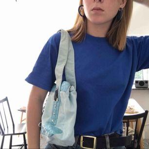 Super fin ljusblå, rymlig väska, använd fåtal gånger, köpt second hand, i bra skick!!💙💙 priset går att diskutera vid en snabb affär, om det inte går att mötas upp så står köparen för frakt✨✨