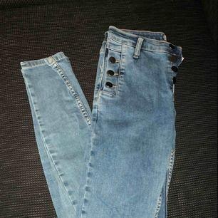 Nya, oanvända jeans i strl 36. Slim modell med strech, hur sköna som helst! Bild med plagget på kan skickas vid önskemål. ☺️