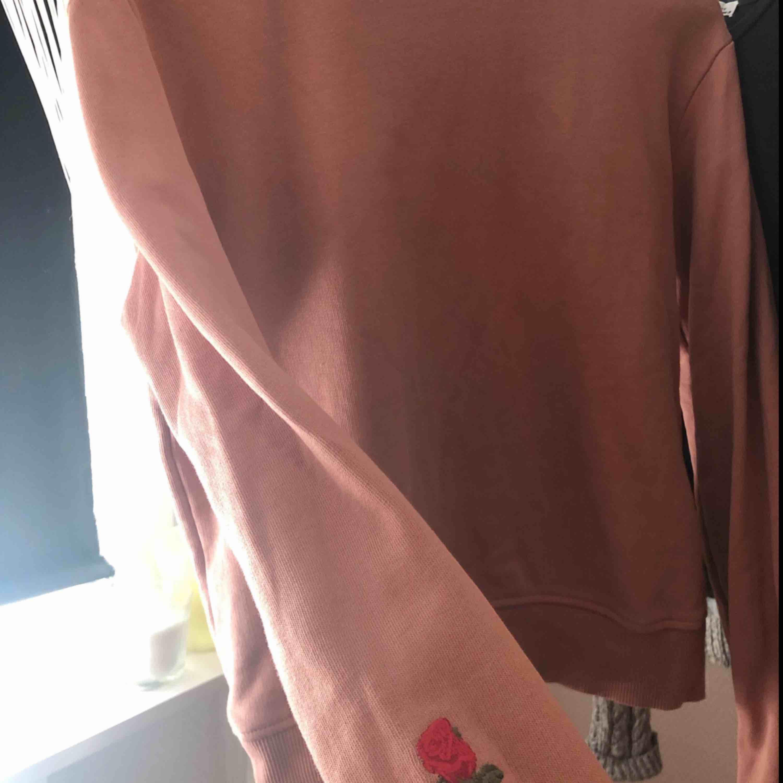 Säljer en tröja från NA-KD i storlek XS, då den inte kommer till användning längre. Har bara använt den ett fåtal gånger så den är i väldigt bra skick.  Hör av dig vid eventuella frågor 🌸. Tröjor & Koftor.