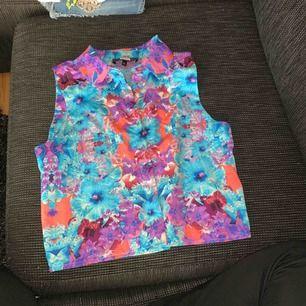 Ärmlös skjorta, nyskick. Bild med plagget på kan skickas vid önskemål. ☺️