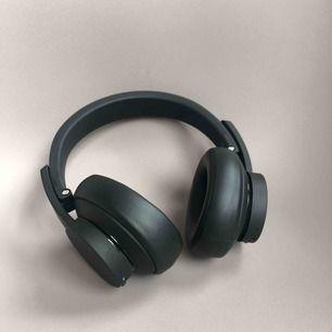 Bluetooth-hörlurar med aktiv brusreducering Wireless Urbanista New York aroundear hörlurar Bluetooth. laddas med USB mini sladd. (Laddare ingår ej)  Ny pris: 1190 kr  Bra skick! Använda cirka 5 gånger