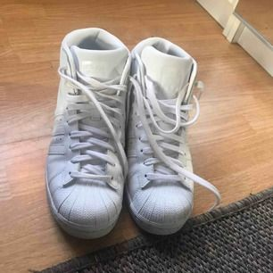 Adidas promodel skor, använda 4 - 5 gånger. De har mest stått i garderoben så säljer dessa nu. Köparen betalar eventuell frakt ♡