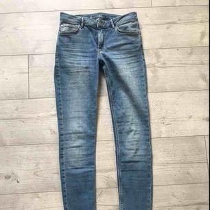 Superfina blåa jeans från Cubus, aldrig använda då jag tycker att dom inte sitter fint på mig. Fråga gärna ifall du har frågor så svarar jag på dom direkt, kan fraktas om du betalar frakten (INTE inkluderat i priset)❤️