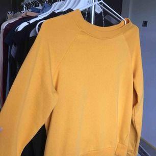 Gul tröja från h&m sparsamt använd, Fråga gärna ifall du har frågor så svarar jag på dom direkt, kan fraktas om du betalar frakten (INTE inkluderat i priset)❤️