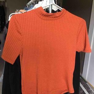 T shirt från Gina i en mörk orange färg, aldrig använt, Fråga gärna ifall du har frågor så svarar jag på dom direkt, kan fraktas om du betalar frakten (INTE inkluderat i priset)❤️