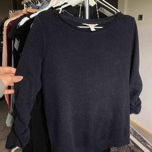 Superfin marinblå tröja som är helt ny, perfekt nu till hösten. Fråga gärna ifall du har frågor så svarar jag på dom direkt, kan fraktas om du betalar frakten (INTE inkluderat i priset)❤️