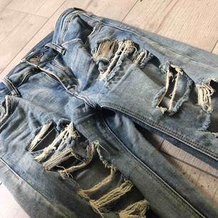 Håliga blåa jeans, superfina men passar tyvärr inte på mig! Fråga gärna ifall du har frågor så svarar jag på dom direkt, kan fraktas om du betalar frakten (INTE inkluderat i priset)❤️