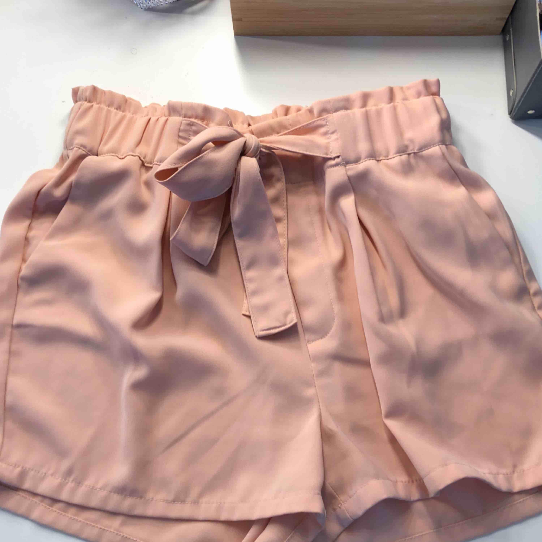 SUPER fina shorts från Bikbok. Använt fåtal gånger och i jätte bra skick. Köparen står för frakt🌸. Shorts.