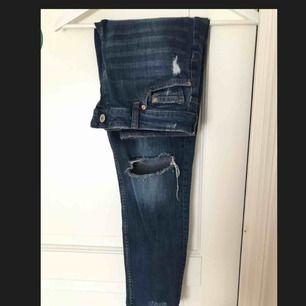 Supersnygga jeans från HM. Använda men fortfarande i bra skick. Ena hålet på knät har dock spruckit lite (se sista bilden) men det är fortfarande ett par supersnygga jeans. Säljes pga att de är för små för mig. Köparen står för frakten.