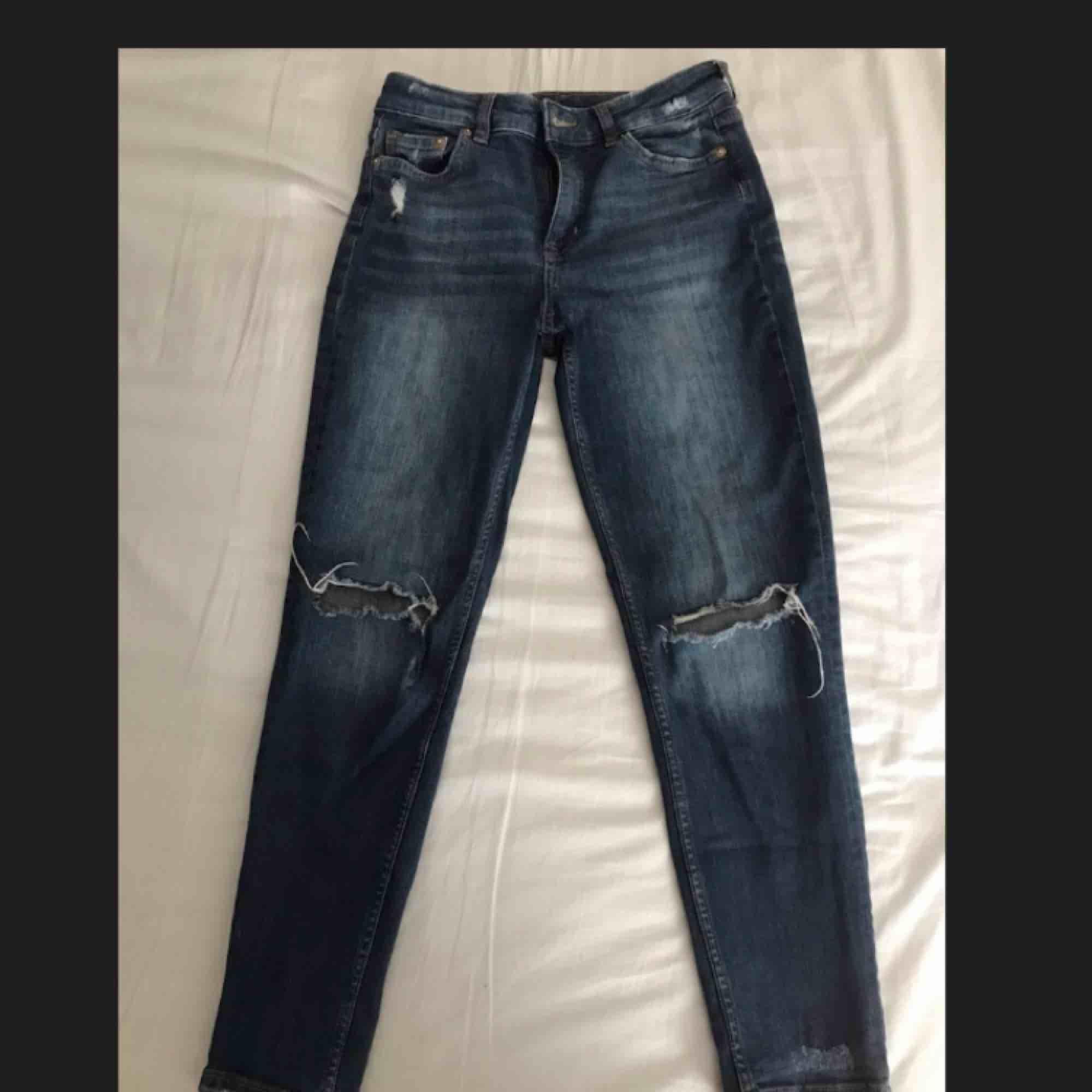 Supersnygga jeans från HM. Använda men fortfarande i bra skick. Ena hålet på knät har dock spruckit lite (se sista bilden) men det är fortfarande ett par supersnygga jeans. Säljes pga att de är för små för mig. Köparen står för frakten.. Jeans & Byxor.
