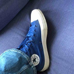 Blå Converse i fint skick! knappt använda💙💙 köpta för ca 700/800kr