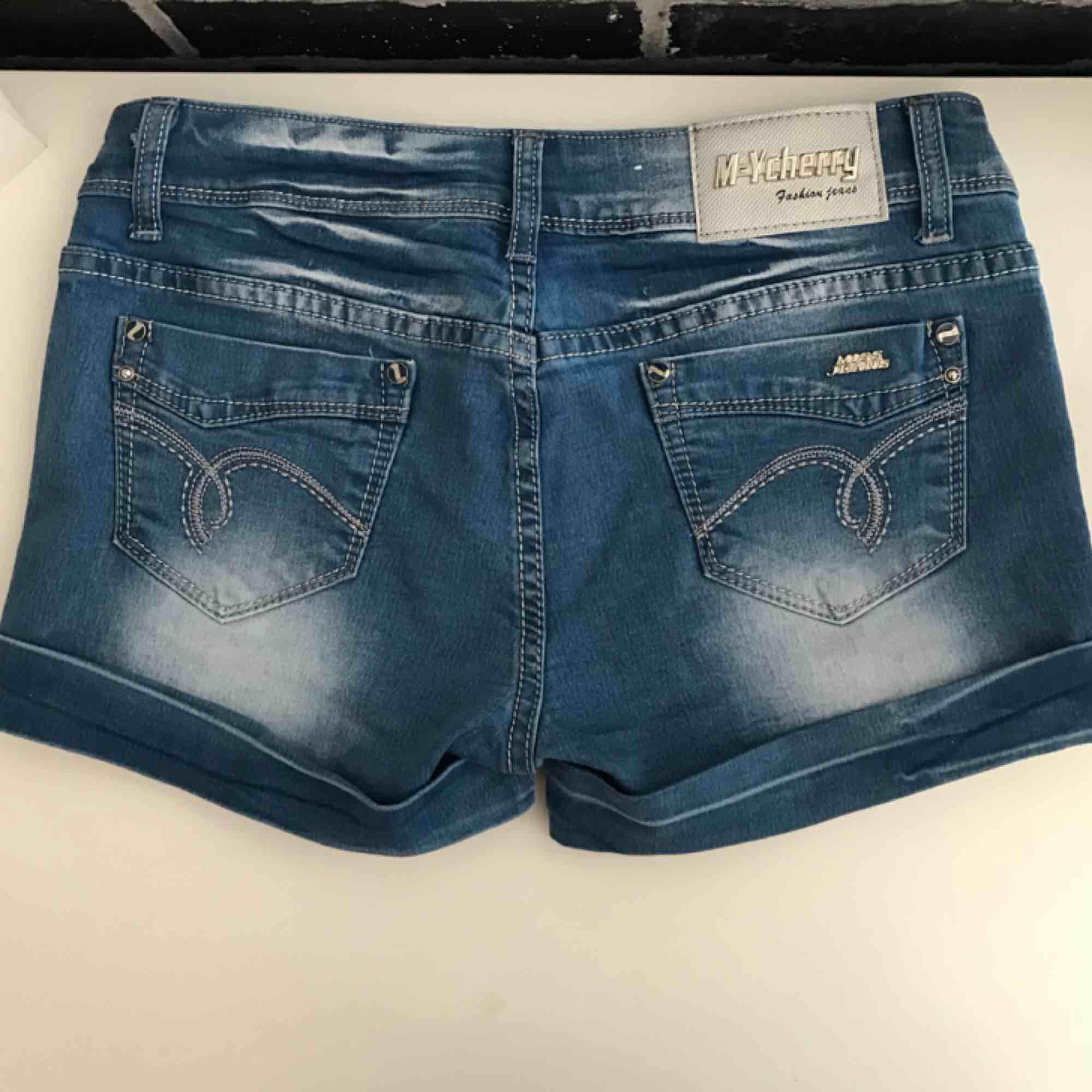 Fina jeansshorts i nyskick. Säljes då de aldrig kommit till användning. . Shorts.
