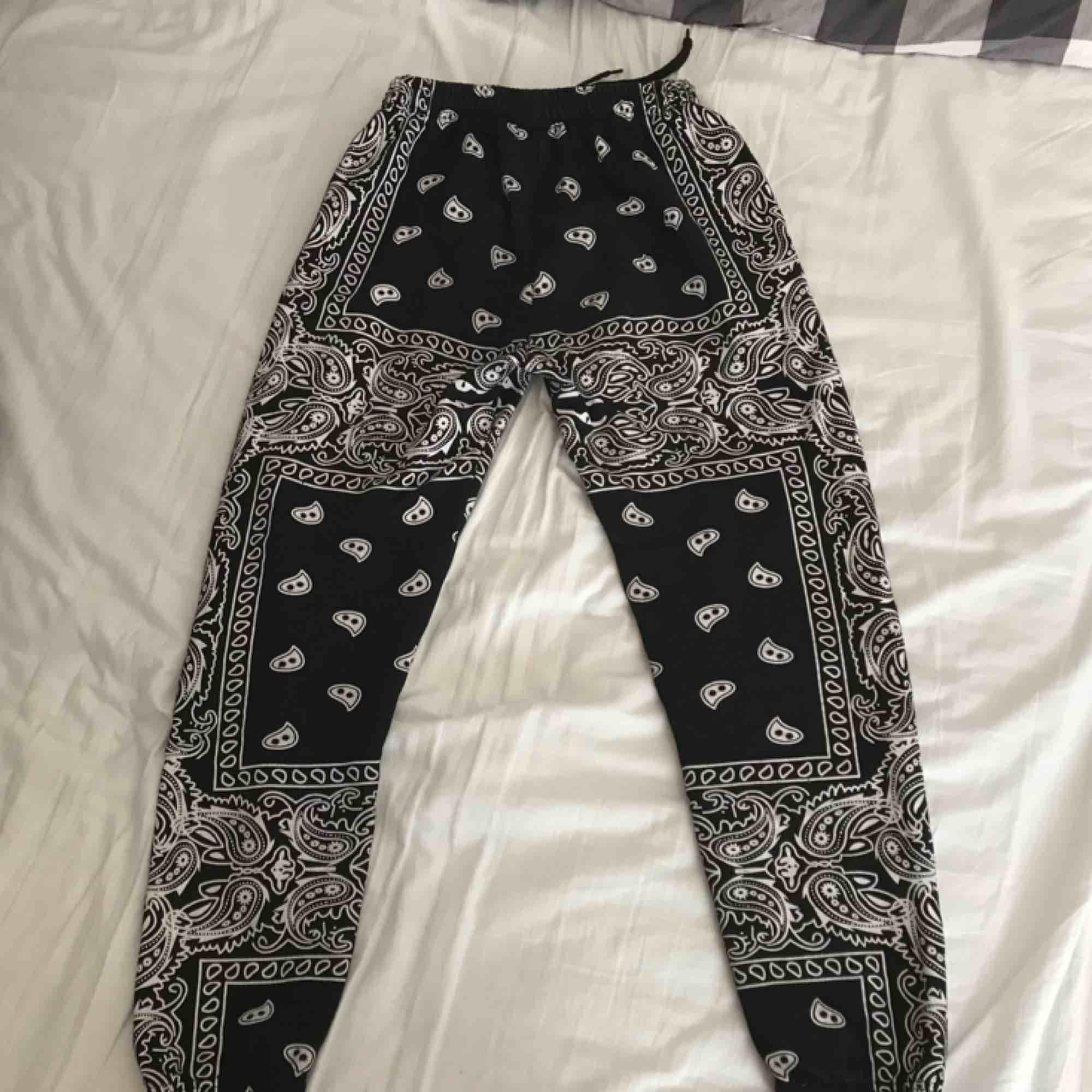 Superfina mjukisbyxor i skönt, varmt material. Använda men fortfarande i mycket fint skick. Köparen står för fraktkostnaden.. Jeans & Byxor.