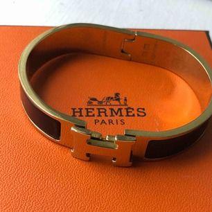 Äkta Hermes armband i svart/guld. Armbandet är i damstorlek och är i fint skick.