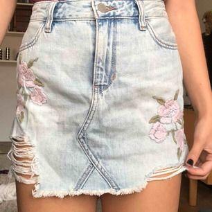 🌸supersöt kjol från Hollister🌸 Aldrig använd, lappen sitter kvar. Den sitter superfint på mig som annars brukar vara en S. Nypris: 468kr. Kan mötas i Sthlm eller så betalar köparen frakt❤️🌷