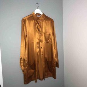 Lång superfin silkblus i orange/guldig färg (frakt kan tillkomma)