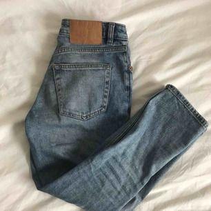 CHEAP MONDAY jeans i bra skick!!  Köpta mellan 500-600 kr. De är lågmidjade och croppade. Säljer eftersom de är för lågmidjade för min smak. Men annars superfina!! Skriv om ni vill ha fler bilder💙