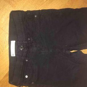 Svarta lågmidjade Alex jeans från gina