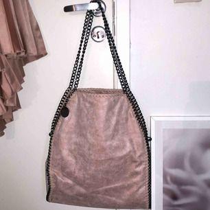 Stella McCartney liknande väska i en underbar ljusrosa/gammalrosa färg. Skriv för fler bilder!