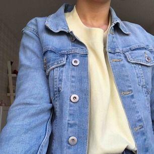 Jättefin basic jeansjacka från lager 157. Använd fåtal gånger, den är som ny!