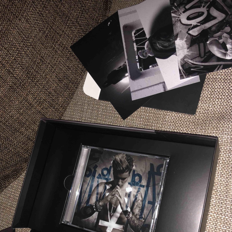 Justin Bieber Purpose album skiva. Har fått den i present några år sen men har aldrig spelat den så den är helt ny fortfarande. Finns även några bilder på artisten i kartongen. Köparen står för ev. frakt :). Övrigt.