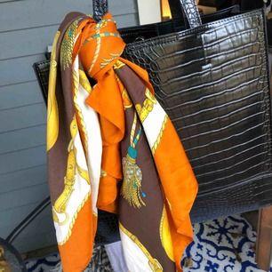 Italiensk Scarf i utmärkt skick. 100% polyester. Köptes i Florens för ett år sedan. Buda gärna🌹