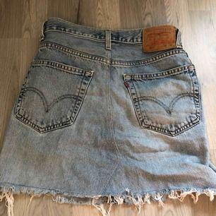 Levis kjol som köptes hör på plick! Den var tyvärr för liten och skulle därför påstå att den är lite liten i storleken. Frakt tillkommer