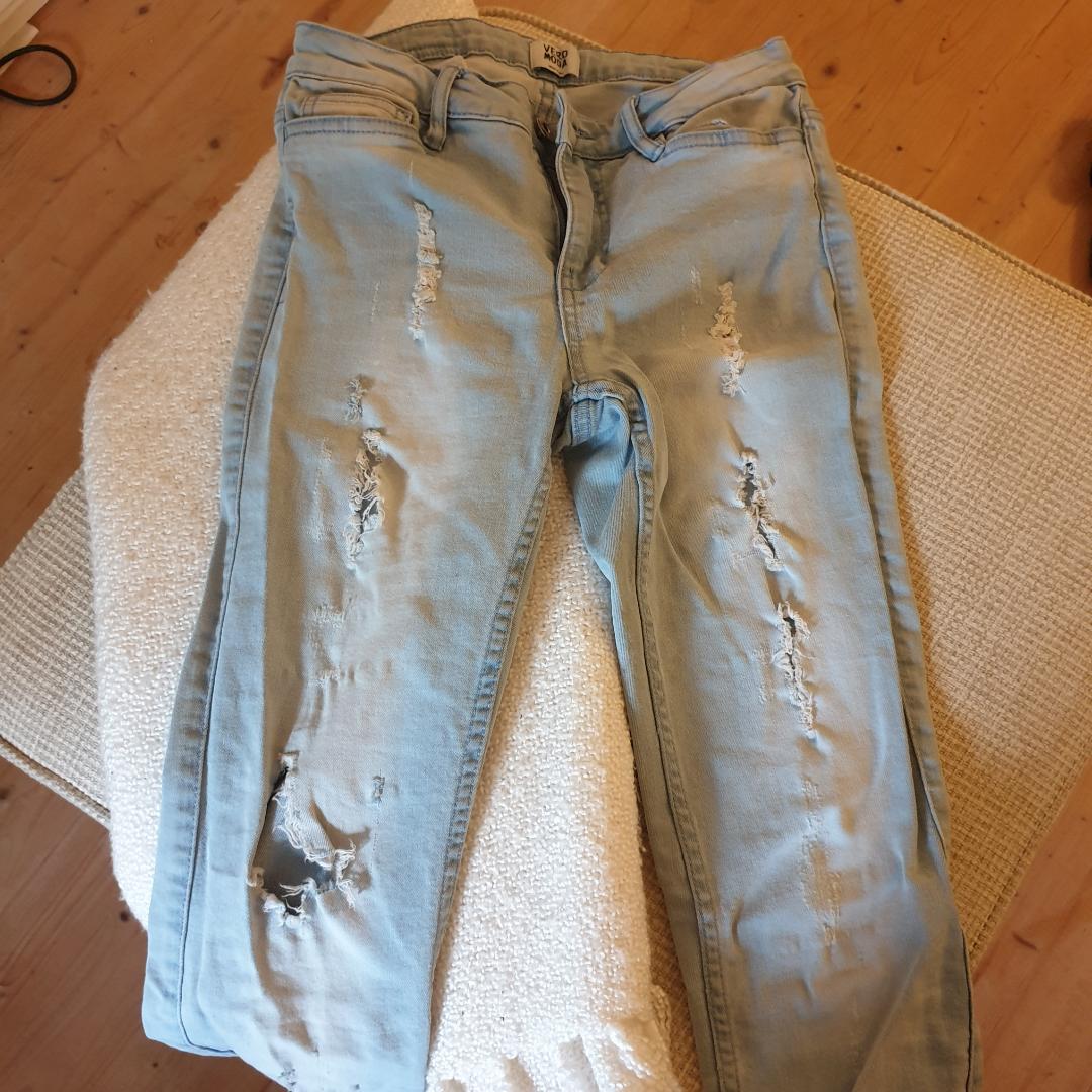 Snygga stuprörsjeans med hål/slitningar där framtill. Dom passar inte mig så jag kan inte visa någon bild med dom på. Köparen står för frakten! . Jeans & Byxor.
