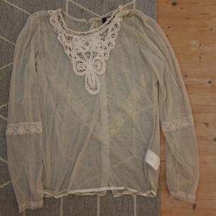 Genomskinlig tröja med fina detaljer, köparen står för frakten!