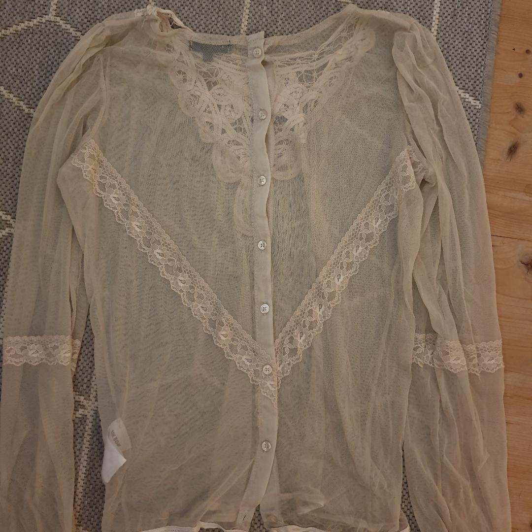 Genomskinlig tröja med fina detaljer, köparen står för frakten! . Toppar.