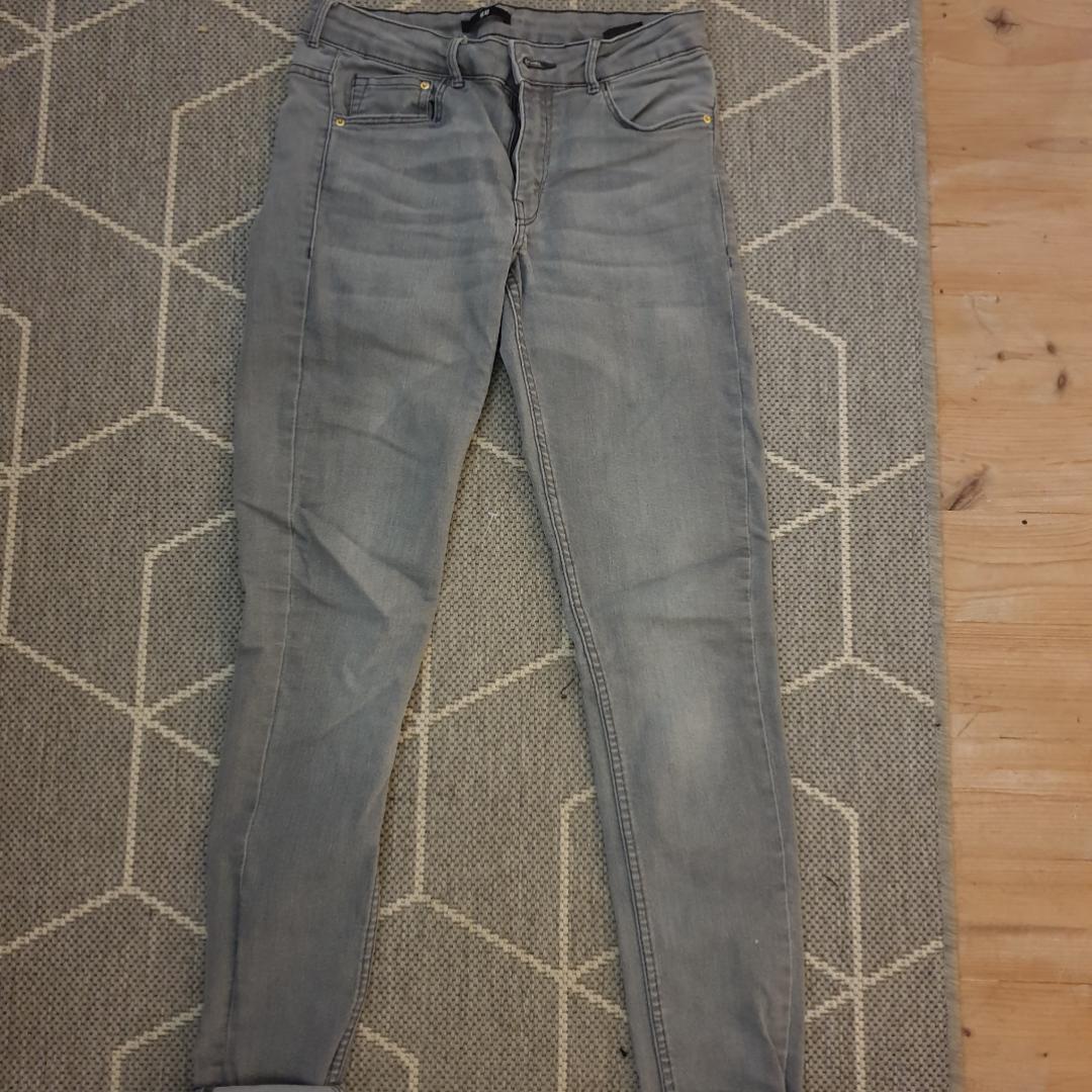 Grå smala jeans, jag har vikt upp kanten men man kan ju ha dom raka också om man vill. Köparen står för frakten!. Jeans & Byxor.