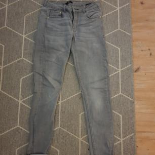 Grå smala jeans, jag har vikt upp kanten men man kan ju ha dom raka också om man vill. Köparen står för frakten!