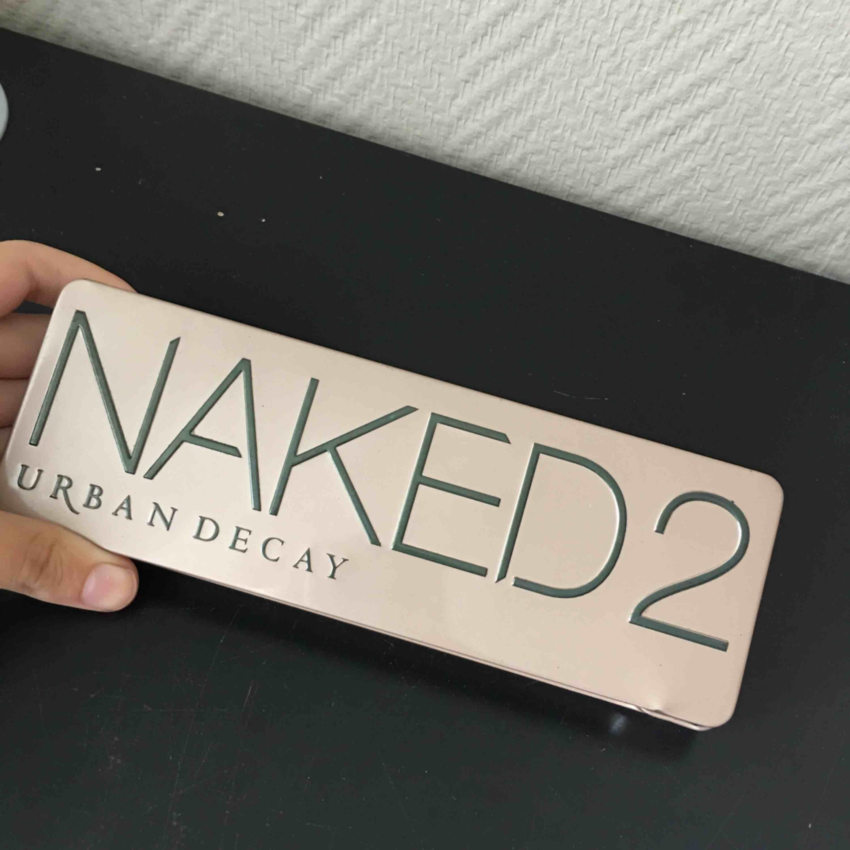 Säljer min Naked 2 ögonskugg pallet från Urban Decay, jättefina färger men tyvärr den kmr ej till användning :(  Frakt tillkommer , priset kan diskuteras tror jag . Övrigt.