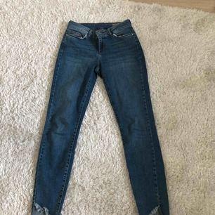 Sjukt bekväma och snygga jeans från Vero Moda! Köpta för inte alls längesedan för 400kr. Snygga detaljer nertill i form av slitningar! Sitter snyggt över rumpan och stretchiga i materialet.
