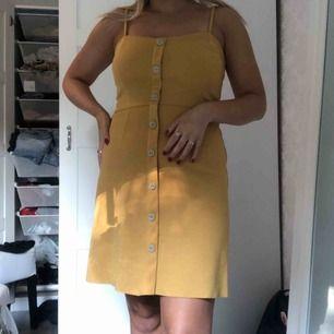 En fin gul klänning som är använd under bara ett fåtal tillfällen. Frakt tillkommer
