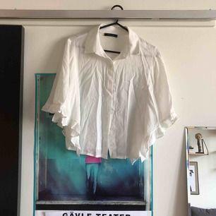Vit skjorta med vida ärmar. Använd en gång!