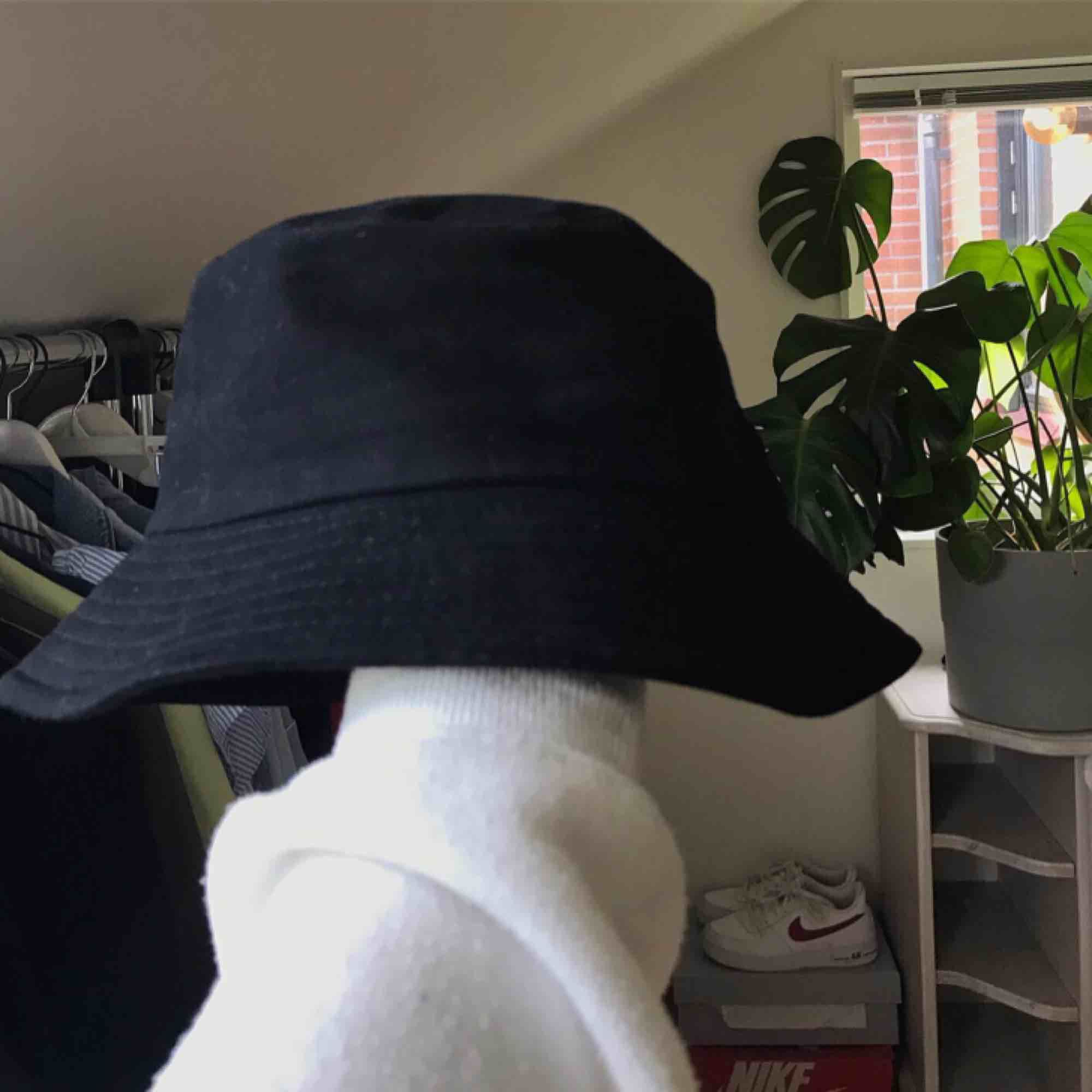 Svart bucket hat, det går att reglera storleken inuti hatten. 70kr, du står för frakten 🖤. Accessoarer.