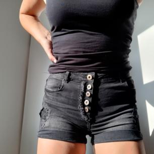 Jeansshorts i storlek M. Köpta från New Yorker. Säljer pga använder inte.